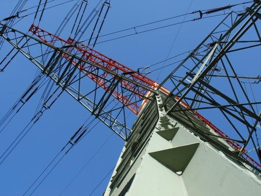 oben halten große Isolatoren die Leitungen
