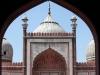Blick durch den Torbogen auf die Moschee