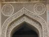 Torbogen mit Koranverse aus Stein an der Bara-Gumbad Mosque