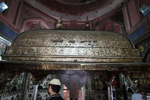 der mit einem Perlmuttmosaik belegte Holzbaldachin im Tomb of Salim Chisti