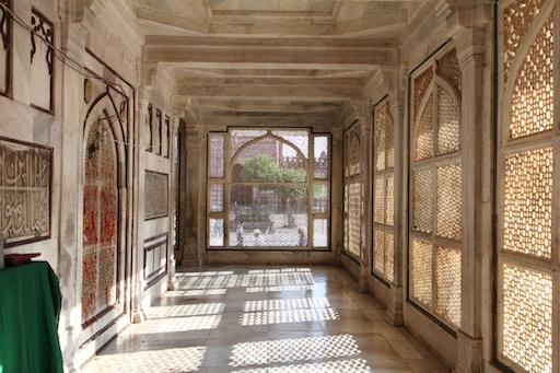 Gang um das Grab herum, eingefasst mit marmornen Jali