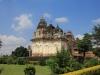 ein Tempel anderer Bauweise, rechts dahinter der Visvanatha Tempel