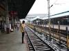 Händler laufen queer über das Gleis von Bahnsteig zu Bahnsteig