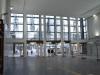 Blick auf die Glasbilder vom Inneren der Bahnhofshalle