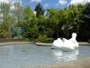eine Skulptur im Pool und das Bild von Marilyn Monroe