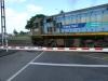 ein Güterzug der TranzRail kreuzt die Straße