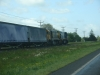 zwei Lokomotiven der Baureihe DX (U26C) ziehen einen Güterzug