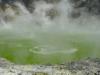der Kratersee aus Schwefelsäure schimmert grünlich...