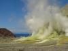 gelbe Schwefelablagerungen, roter Fels und blaues Wasser