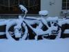 eingeschneites Fahrrad auf dem Hof
