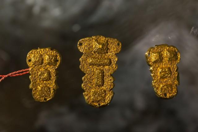 das Grab des Herrn von Beckum, goldene Taschenbeschläge; um 600 n. Chr.