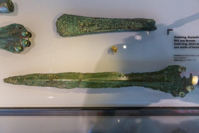 Goldring, Kurzschwert und Beil aus Bronze; um 1.500 v. Chr.