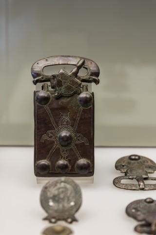 Gürtelschließen und -beschläge aus Bronze