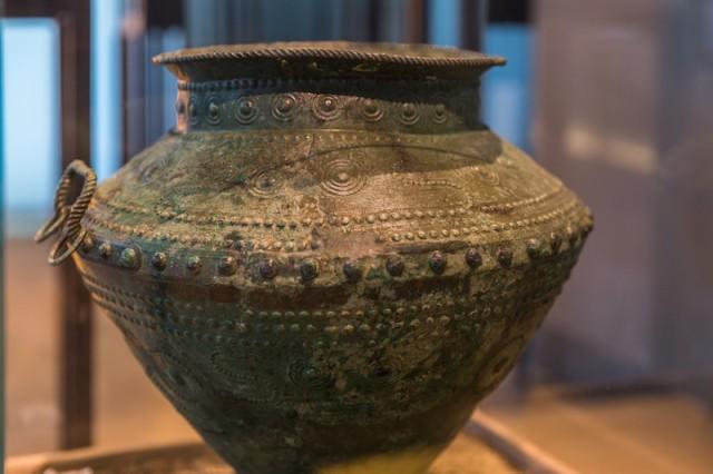 Bronzeamphore als Urne; um 750 v. Chr.