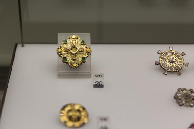 Vierpassfibel mit Kreuz, Gold, Filigran und Glaseinlagen