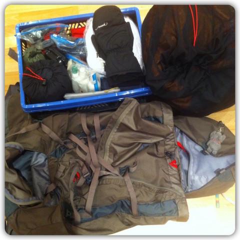 der leere Rucksack und die Kiste mit Ausrüstungsgegenständen