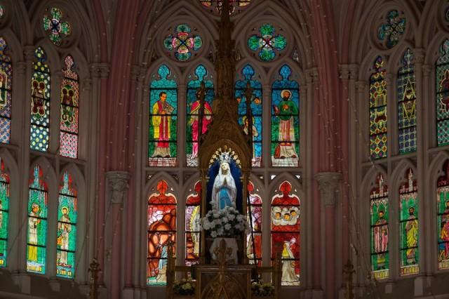Altar und Glasfenster