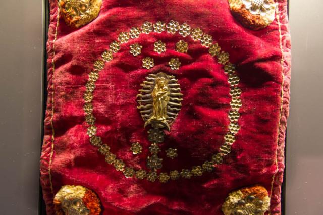 Bursa corporalium, Samt mit silbernen floralen Motiven und Jungfrau Maria mit Jesus