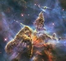 Eine etwa drei Lichtjahre große Säule aus Gas und Staub im Carina Nebel