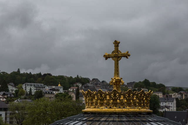 Goldenes Kreuz oberhalb der Basilique Notre Dame du Rosaire