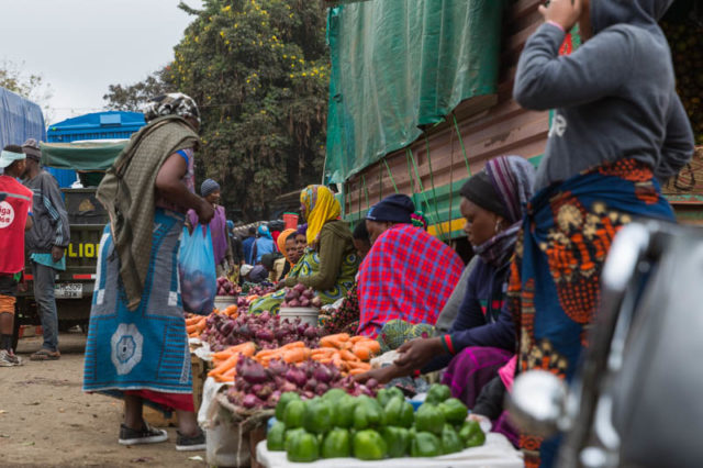 Frauen bieten ihre Waren an