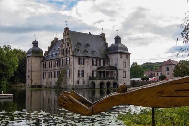 Wasserschloss und Vogelmensch