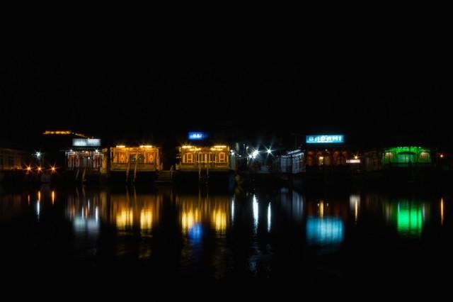 Hausboote bei Nacht