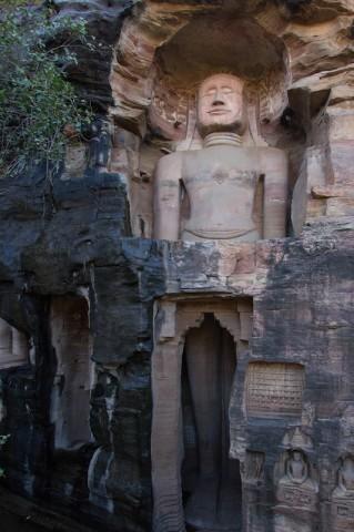 Jain Statue (ca. 15 m hoch)