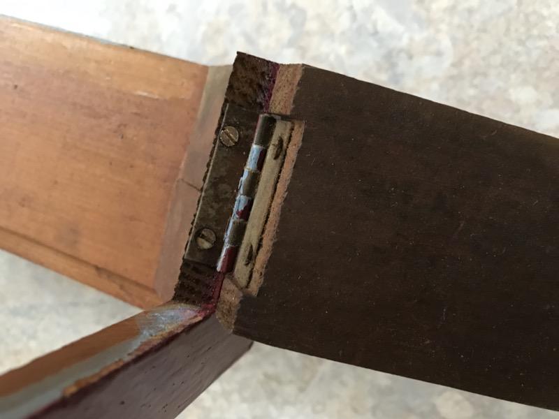 Abschrauben des Scharniers und der Verschlussteile