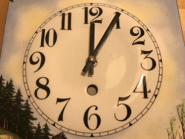 Montieren des Uhrwerks an das Zifferblatt