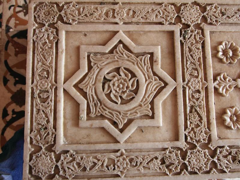 kunstvoll gestaltete Marmorarbeit auf dem Grab