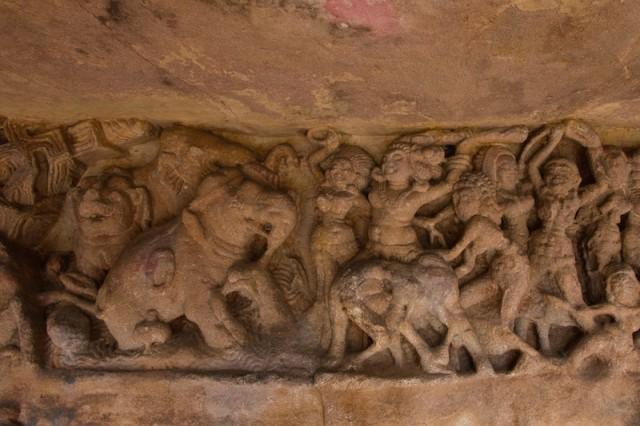 Relief in der Rānī Gumphā (Cave 1) in Udayagiri
