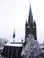 verschneite Kirche von gegenüber